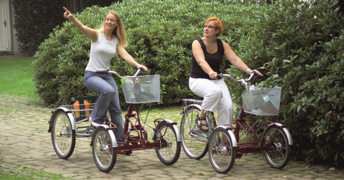 Frontdreiräder für Erwachsene bieten einen guten Überblick über das Fahrzeug und sind gut geeignet für Personen, die die Fahrzeugbreite schlecht einschätzen können, hier auf dem Bild ist ein Frontdreirad mit großem Dreiradkorb.
