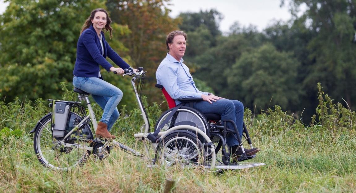 Spezialdreiräder sind Dreiräder für Erwachsene, die auf besondere Bedürfnisse ausgelegt sind, dies ist ein Dreirad auf dem vorne noch ein Rollstuhl integriert werden kann.