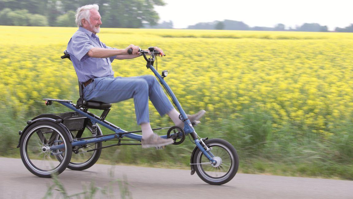 Das Sesseldreirad ist ein Dreirad für Erwachsene, das einen bequemen Sitz mit hoher Rückenlehne hat.