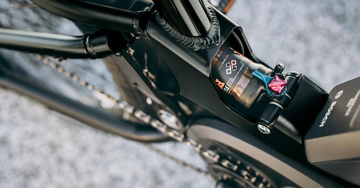 Eine Federung am e-Bike erhöht nicht nur den Fahrkomfort, sondern bietet auch Entlastung bei Rückenschmerzen, mehr Informationen in der e-motion e-Bike Kaufberatung.